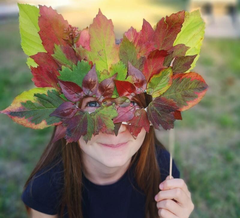 Leaf mask DIY: an Autumn activity to keep the kids busy