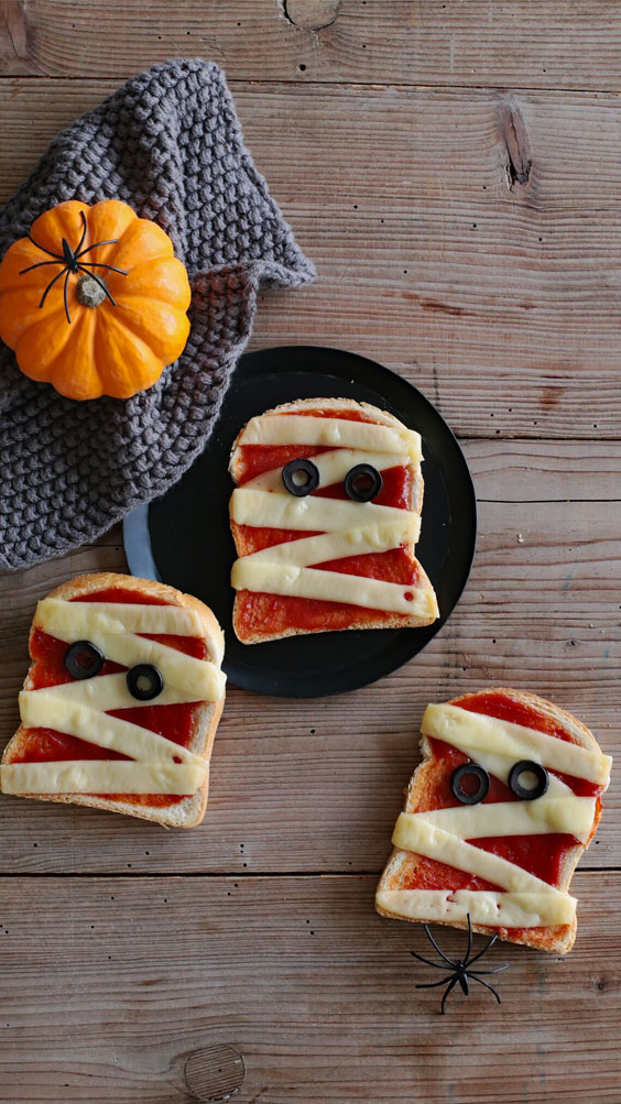 Receta fácil de Halloween: sándwiches de momia y escobas de bruja
